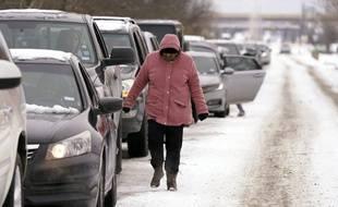 Des Texans font la queue pour aller chercher du bois, le 17 février.