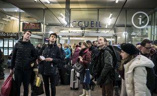 Les gens attendant à la gare de Lyon-Part-Dieu, le 8 Février  2015. Le trafic des trains régionaux a été interrompu après l'agression de deux contrôleurs sur la ligne Lyon-Grenoble.  AFP PHOTO / JEAN-PHILIPPE KSIAZEK