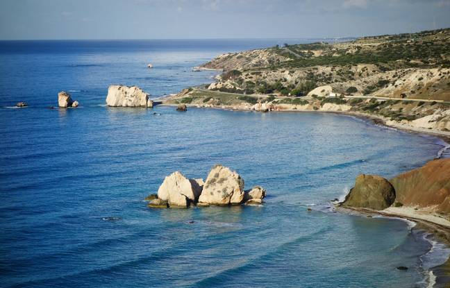 Poussée par le zéphyr sur les rivages de Chypre, Aphrodite serait sortie des flots écumeux, entre les rochers de Petra tou Romiou.