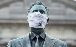 Une statue affublée d'un masque à Nantes (Illustration)