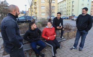 Hodeifa Megchiche (gauche) , Sithana et Farid Rahmani (droite) discutent avec des jeunes dans le quartier du Neuhof à Strasbourg. Le 16 janvier 2019.