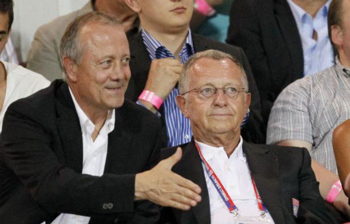 Le président de Lyon Jean-Michel Aulas (à dr.), au côté de son conseiller, Bernard Lacombe (à g.), le 24 août 2012 à Evian. – R.Pratta/REUTERS
