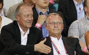 Le président de Lyon Jean-Michel Aulas (à dr.), au côté de son conseiller, Bernard Lacombe (à g.), le 24 août 2012 à Evian.