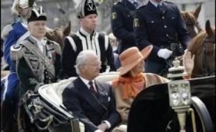 Orphelin de père et héritier de la couronne alors qu'il n'avait pas un an, entouré dans son enfance par ses quatre grandes soeurs, il est monté sur le trône en 1973 à la mort de son grand père le roi Gustaf VI Adolf, devenant à l'époque le plus jeune roi du monde.