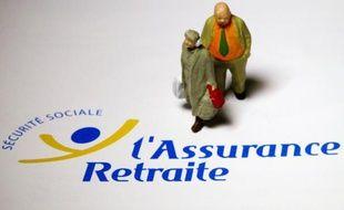 Des personnages miniatures sont photographiés le 7 juin 2012 à Paris, sur un document de l'assurance maladie portant le logo de la Sécurité sociale