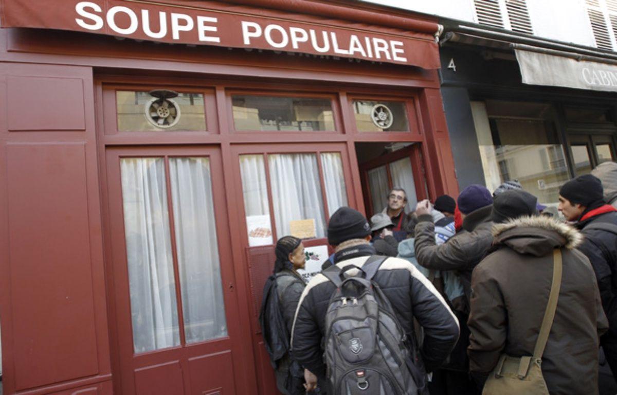 Un bénévoles accueille des personnes devant la Soupe populaire en février 2012 (Illustration).  – ALEXANDER KLEIN / AFP