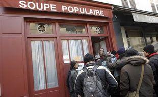 Un bénévoles accueille des personnes devant la Soupe populaire en février 2012 (Illustration).