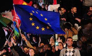 Illustration d'une foule avec un drapeau européen.