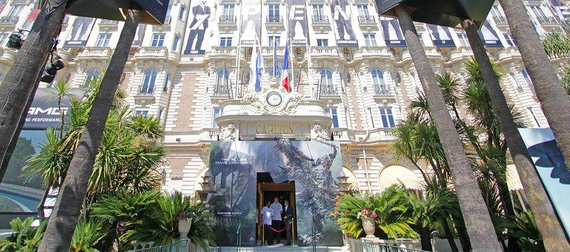 La façade du Carlton de Cannes, derrière les publicités, lors du festival de Cannes 2014.
