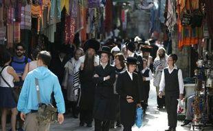 Des Juifs religieux marchent dans une rue de la vieille ville de Jérusalem dans le quartier musulman, le 5 octobre 2015