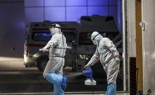 A Wuhan, deux personnels soignants se préparent à transporter des malades du Covid-19, le 3 mars 2020.