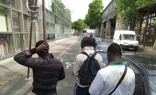 Paris, le 7 juillet 2014, une quinzaine d'adolescents venus majoritairement d'Afrique attendent pendant des semaines une première évaluation de leur situation devant la PAOMIE dans le 10e arrondissement et espèrent obtenir le statut de mineur isolé EEtranger.