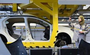 Une employée de Renault prend le 10 novembre 2014 une photo lors de l'inauguration d'une usine près d'Oran, à l'ouest de l'Algérie
