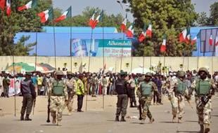 Des soldats et policiers nigérians surveillent un meeting électoral du Parti démocratique du peuple (PDP), le 24 janvier 2015 à Maiduguri