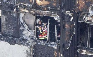 Un pompier londonien engagé dans l'opération de sécurisation de la Grenfell tower, ce mercredi 14 juin.