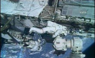 Deux astronautes de Discovery ont commencé lundi une sortie supplémentaire dans l'espace pour tenter de débloquer une antenne solaire de la Station spatiale internationale (ISS).