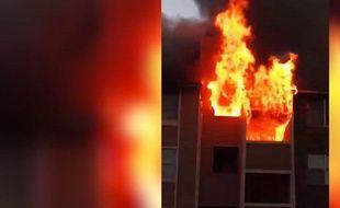 Un immeuble d'une résidence de la ville de Dallas au Texas (USA) a été ravagé par les flammes.