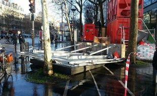 La chute d'un grand panneau publicitaire, accroché sur des palissades de chantier, a fait deux blessés graves avenue de la Grande Armée.