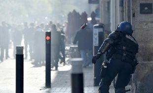 Un gendarme lançant une grenade lacrymogène, illustration.