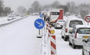 La circulation est délicate vendredi matin sur les routes secondaires en Ile-de-France en raison de chutes de neiges et de la présence de verglas, mais les véhicules roulaient normalent sur les grands axes, selon le Centre régional d'information et de coordination routière (CRICR), contacté à 07h00.
