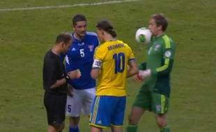 Zlatan lance le ballon dans la figure du gardien des Iles Féroé, le 11 juin 2013
