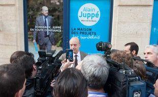 Alain Juppé, devant son local de campagne à Bordeaux, le 7 novembre 2013