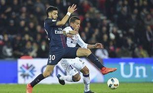 Le milieu du TFC Oscar Trejo (en blanc) à la lutte avec le Parisien Javier Pastore lors d'un match de Ligue 1, le 19 février 2017 au Parc des Princes.