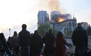 Lundi soir, la foule assistait impuissante à l'incendie de Notre-Dame de Paris