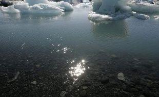Fonte d'un iceberg, situé à quelque 380 km de la capitale islandaise, Reykjavik, le 31 mai 2008.