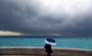 La tempête couve sur la ville de Nice.