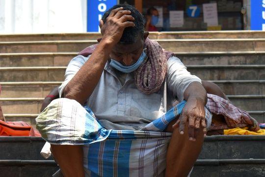 Un homme attend un membre de sa famille, touché par le Covid-19, devant un hôpital de Calcutta, le 26 avril 2021.