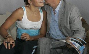 L'ancien nageur, Jean Boiteux embrassant l'ancienne nageuse Laure Manaudou, le 16 décembre 2004.