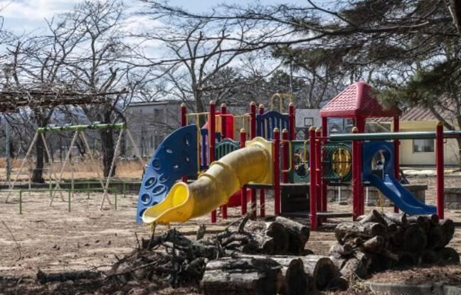 Une aire de jeux abandonnée à Tomioka, dans la préfecture de Fukushima, dans une zone interdite après la catastrophe nucléaire de 2011.