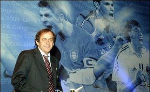 """Déjà, à l'issue du comité exécutif mardi et mercredi, Michel Platini avait donné le ton: """"Le G14 n'a aucune légitimité"""". """"Le G14 va là où est l'argent. Les grands clubs veulent toujours plus. Pour eux, le sport est un moyen de faire du +fric+. On n'a pas la même philosophie du sport"""", avait ajouté l'ancien capitaine et sélectionneur de l'équipe de France."""