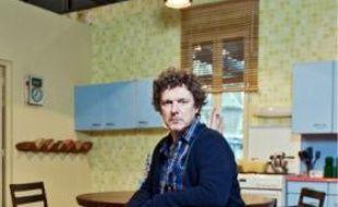 Le cinéaste dans la cuisine de son atelier de films amateurs.