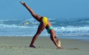 Illustration d'une personne pratiquant le yoga sur la plage.