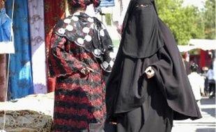 Sur le marché de Stains (Seine-Saint-Denis), mercredi.  En France, entre 1 000 et 1 500 femmes porteraient le voile intégral.