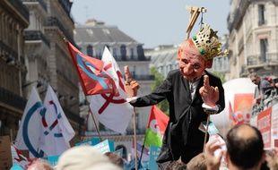 Une marionnette à l'effigie d'Emmanuel Macron dans le cortège de la «La Fête à Macron»