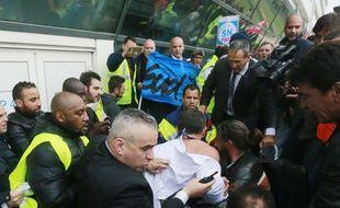 Le DRH d'Air France, Xavier Broseta, lors de son agression par des salariés le 5 octobre 2015. AP Photo/Jacques Brinon.