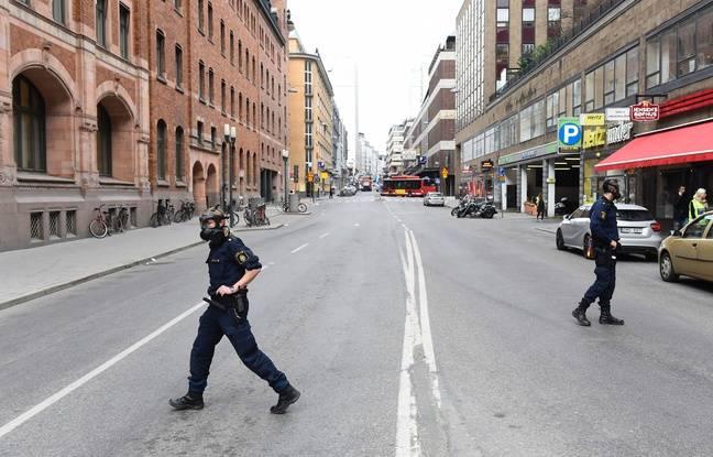 Des policiers sur les lieux où un camion a foncé dans la foule à Stockholm en Suède vendredi 6 avril 2017.