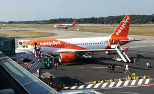 Un avion EasyJet débarque ses passagers à l'aéroport de Nantes.