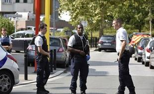 Des policiers à Trappes ont neutralisé un assaillant qui a tué deux femmes et blessé une troisième au couteau jeudi 23 août 2018.