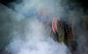Un soldat cubain traite une zone contre le moustique Aedes aegypti à La Havane, le 23 février 2016