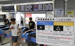 La circulation des trains a été perturbée par le typhon Cimaron au Japon.