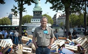 Raymond Girardi, secrétaire général du Modef (syndicat agricole d'exploitants familiaux), a vendu ses fruits et légumes place de la Bastille à Paris, le 18 août 2011. Il proteste contre les marches excessives de la garnde distribution.