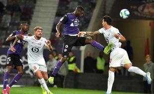 Les Lillois Xeka et Fonte ont subi la loi du TFC de Sanogo, qui ouvre ici la marque, samedi au Stadium.