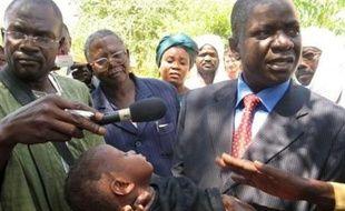"""Le ton est monté mardi entre N'Djamena et Paris, la volonté affichée du président français Nicolas Sarkozy de récupérer les membres de L'Arche de Zoé incarcérés pour """"enlèvements de mineurs"""" au Tchad ayant provoqué la colère de N'Djamena, décidé à ne pas se dessaisir du dossier."""