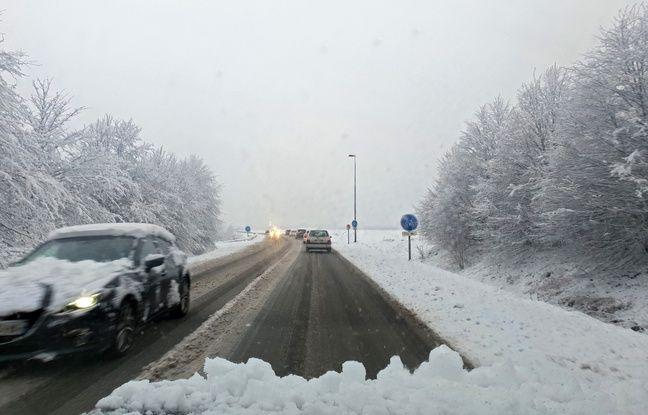 Une route enneigée dans les Hauts-de-France.