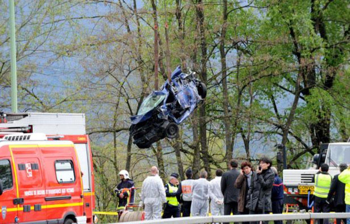 Les secours évacuent un véhicule d'un carambolage, près de Chambéry, le 13 avril 2012. – JEAN-PIERRE CLATOT/AFP PHOTO