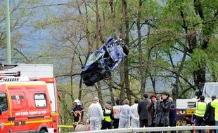 Les secours évacuent un véhicule d'un carambolage, près de Chambéry, le 13 avril 2012.